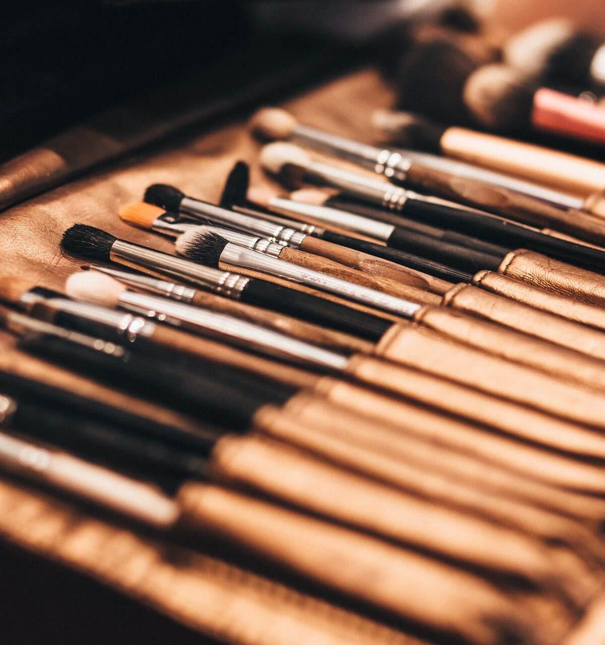 como usar pinceles y brochas de maquillaje